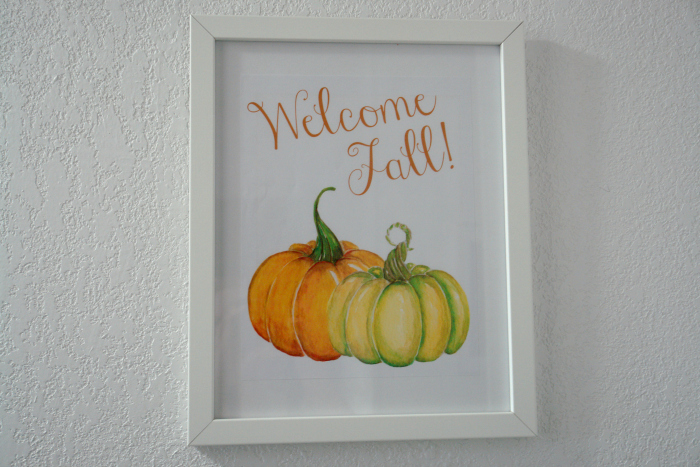 Free printable welcome fall sign in white frame on white wall
